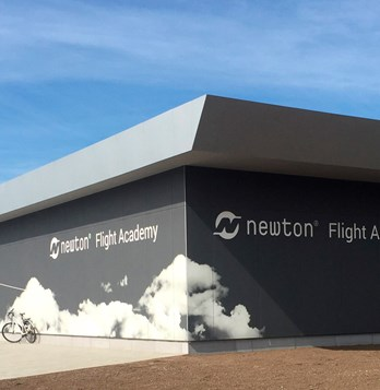 Newton Flight Academy in Bodø opened its doors on 17 June. The building is clad in STENI Vision façade panels with illustrations from the aviation industry.