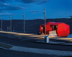 Bask in the light! The lustre of the Ferrari-red façade panels creates a striking impression during long, dark nights by Lake Mjøsa.                               Photo: Tomasz Majewski